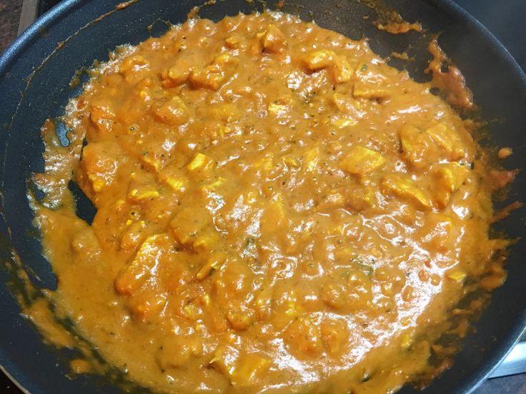Un poco de aceite en la sartén, poner 3 dientes de ajo picados, hasta que se doren un poco. Echar: pimentón dulce, un poco de guindilla, cúrcuma y curry. Acto seguido echar tomate triturado y remover hasta que se una todo. Poner en la sartén pollo troceado pequeño y remover hasta que se haga. Poner la leche de coco al gusto y se salpimienta todo y poner un poco de perejil. Removemos hasta crear una masa homogénea y 2 cdt de maicena para espesar un poco.