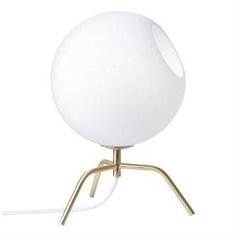 Bug bordlampe fra det svenske merket Pholc har en innovativ form. Lampen har en ramme i matt messing med hvit opal glass skaper en myk og varm kontrast i rommet. Design av Maja Norburg.