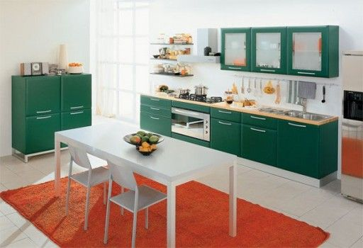 Темно-зеленый цвет кухонной мебели на светлом фоне