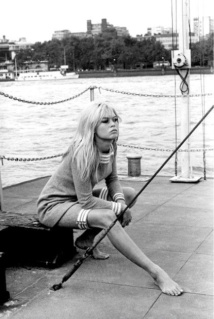 Brigitte Bardot chic sans effort! https://vieuxneufrecycle.wordpress.com/2016/02/27/icones-de-mode-brigitte-bardot/