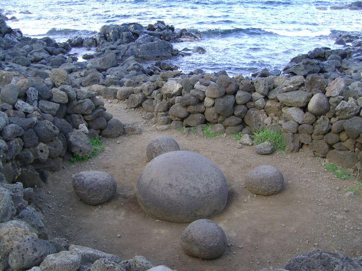 Te Pito Kura, one of the most sacred places on Easter Island. It is supposed to have been brought by Ariki Hotu Matua'a, the leader of the first people that came to the island. Te Pito Kura es uno de los lugares más sagrados de Rapa Nui. Se dice que la trajo el Ariki Hotu Matua'a, el lider de la gente que llegó a poblar esta isla. Cultura Rapa Nui, Isla de Pascua, Chile.