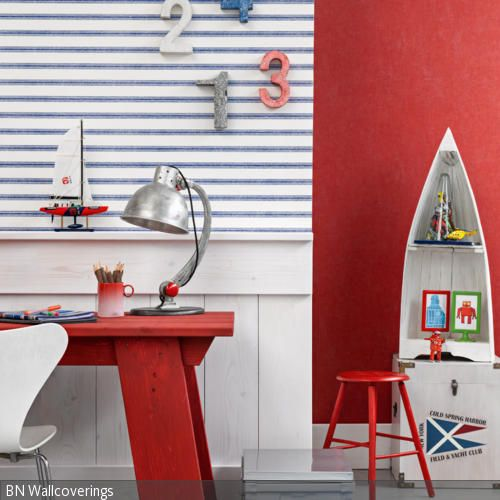 Das Jugendzimmer mit maritimer Deko ist in den Farben Weiß, Rot und Blau gehalten. Die blau-weiß gestreifte Tapete und das Regal in der Form eines Schiffrumpfes …