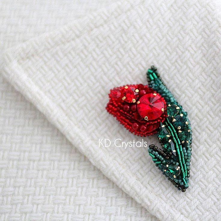 """Вы смотрели фильм """"Тюльпанная лихорадка""""? После просмотра этого фильма мысль о тюльпане не покидала меня и теперь она воплотилась в виде броши :) Брошь маленькая, размер 6х3.5см и в ней использовано много зеленых и красных кристаллов Сваровски #tulipfever #tulip #tulp #flower #lill #swarovski #preciosa #tohobeads #тюльпаннаялихорадка #тюльпан #брошьтюльпан #сваровски #fashionaccessories #brooch #beadembroidery #seedbeads #estonia #tallinn #эстония"""