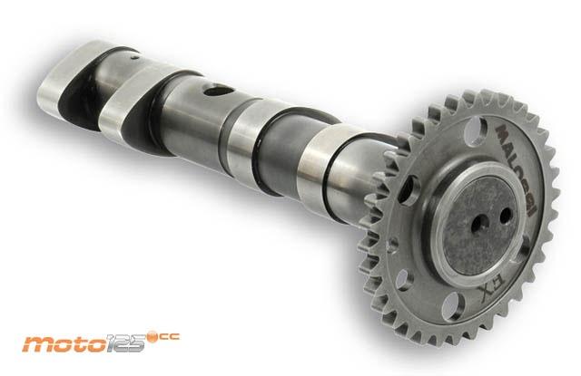 """Árbol de levas. Solo disponibles en los motores OHC o DOHC. Es un eje con una serie de """"bultos"""" o levas que sirven para accionar las válvulas abriéndolas o cerrándolas en el momento preciso."""