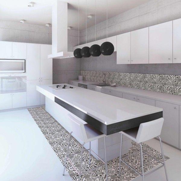 Carrelage imitation carreaux de ciment pour le sol et la crédence dans une cuisine moderne