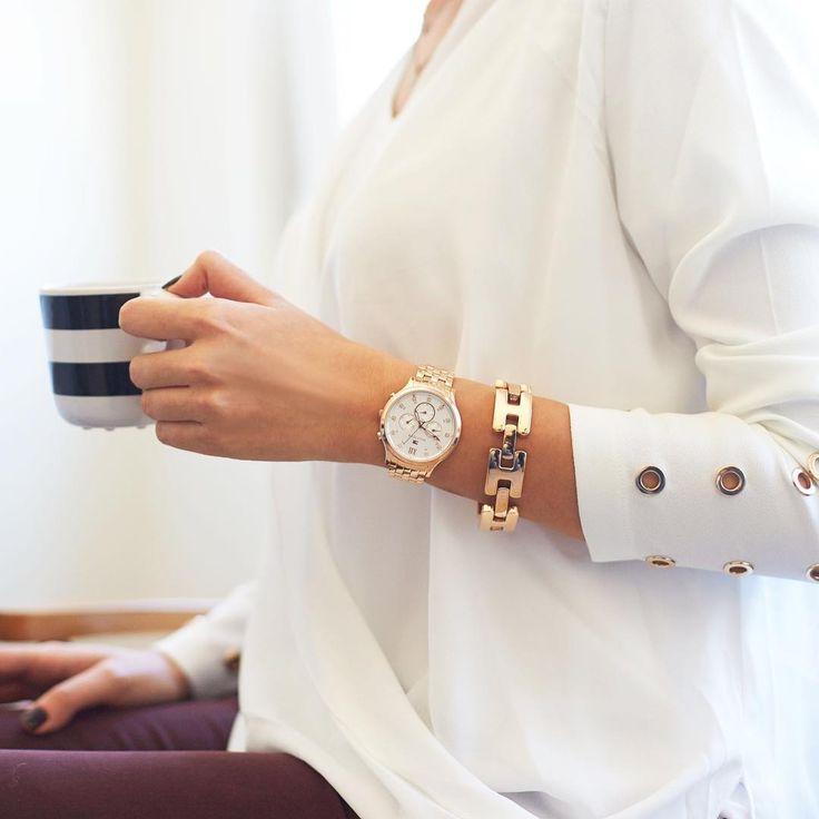 Minimalistyczna stylizacja ze złotym zegarkiem Tommy Hilfiger nadaje się na wyjątkowe okazje! #tommyhilfiger #ommyhilfigerwatch #date  #elegance #coffeebreak #butikiswiss