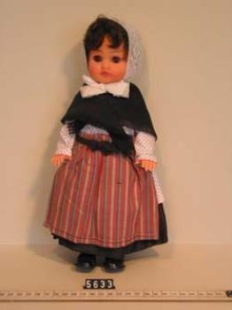 Pop in Vlaardingse dracht, voorstellende een vissersvrouw, deze poppen werden verkocht t.b.v. het Vlaardings Visservrouwenkoor, ca. 1975. Eenvoudige pop gemaakt met behulp van een speelgoedpop en zelfgemaakte namaakkledij, incl. kanten muts. Zwarte rokken, wit vest met zwarte stippen, wite kanten muts, zwarte omslagdoek, rood/grijs/blauw gestreepte voorschoot.  #ZuidHolland #Vlaardingen