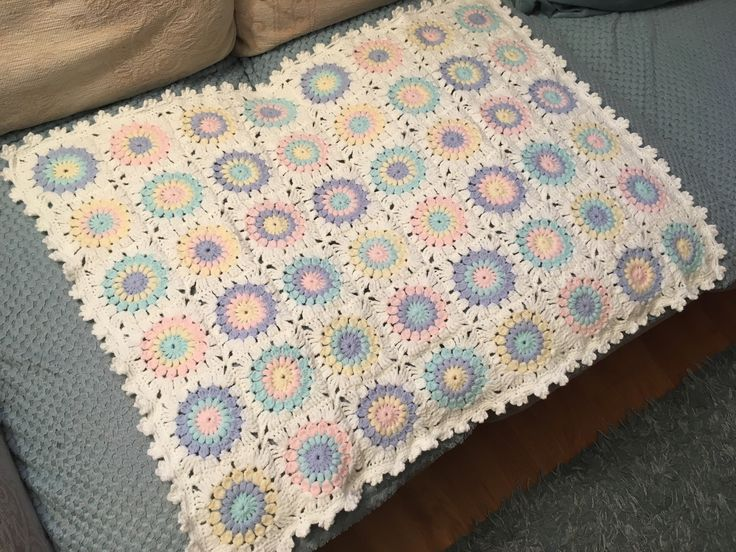 Sunburst granny square made using paintbox baby DK. A neutral baby blanket. Border picot border from Bella coco tutorial on YouTube.