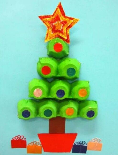 Kerstboom met eierdozen