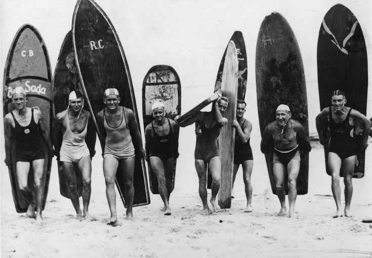 Surfisti in spiaggia a Sydney, in Australia, nel 1935. (Fox Photos/Getty Images)