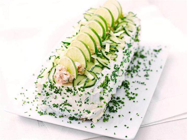 Voileipäkakku kuuluu juhlapöytään. Herkullinen Valio AURA® sinihomejuusto on oiva valinta voileipäkakun täytteeseen savustetun kirjolohen seuraksi.