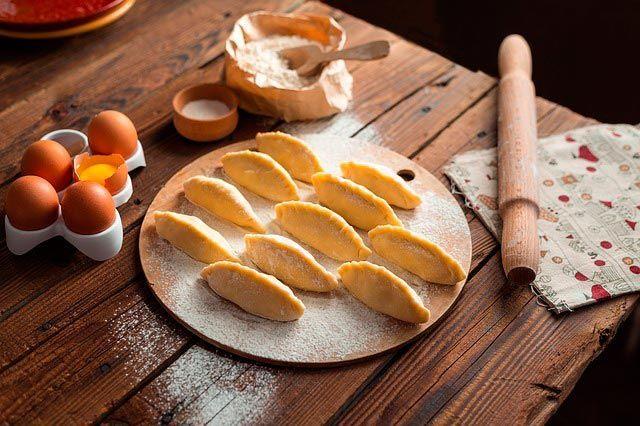 Empanadillas dulces de manzana y canela, un postre o merienda fácil y rápido.