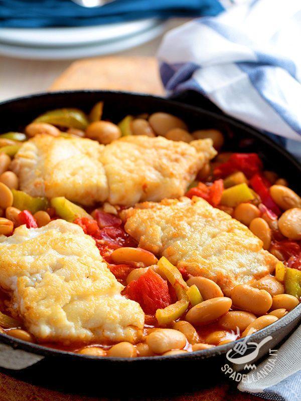 Cod fillets with beans - I Filetti di merluzzo con fagioli, semplici e veloci, vi daranno un buon apporto di vitamine, e il loro sugo saporito vi obbligherà a fare la 'scarpetta'! #merluzzoconfagioli