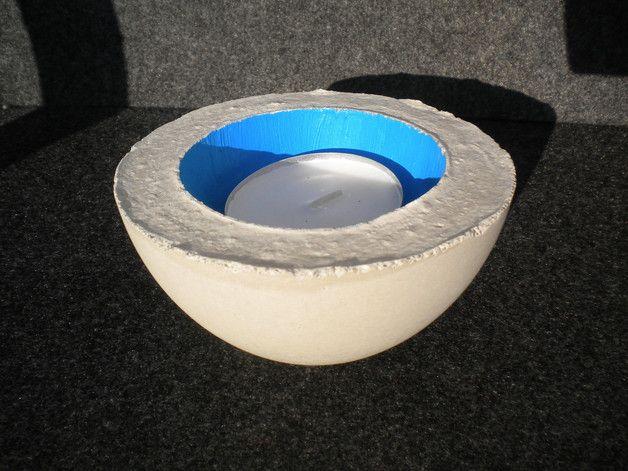Beton Schale für drinnen und draußen in azurblau. Eine weitere Möglichkeiti, zur Nutztung dieser Schale ist es, sie als Teelichthalter (großes Teelicht) zu benutzten. Gerne kann ich die Schale auch in ihrer Wunschfarbe lackieren.