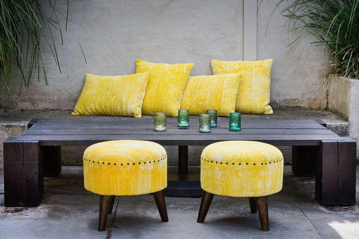 Mustave! Deze gave poef Cohen geel van Light & Living komt goed van pas als u even lekker met uw voeten omhoog wilt zitten. Het vintage uiterlijk van het krukje/poef geeft iedere ruimte een bijzondere uitstraling.