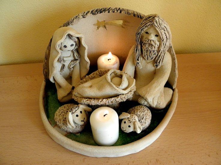 Betlém Betlém ze šamotové hlíny, zdobený zeleným tavným sklem. Možné umístit 2 svíčky.Vel. cca 26x17 cm