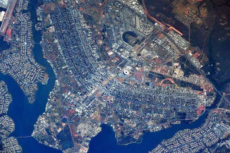 'Lembra um avião', comentou cosmonauta que comanda missão atual na ISS; estação está a cerca de 410 km da superfície. Foto mostra Plano Piloto, Lago Paranoá e monumentos da área central.