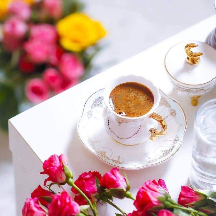 Yorgunluk kahvesi gibi kadınsın Bir kere gül şöyle ağız dolusu Kırk yıl hatrın kalsın.. Bi'kahve?