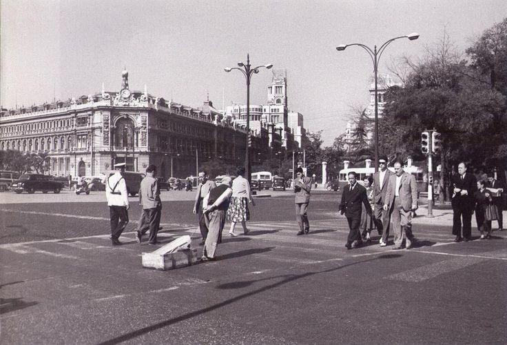 Hombre arrastrando un cajón con una barra de hielo.1958.  De Madrid al cielo: Álbum de fotografías y documentos históricos. - Urbanity.cc