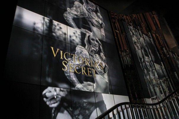 PlayNetwork instala un videowall de 30 pantallas en la tienda insignia de Victoria's Secret en Londres