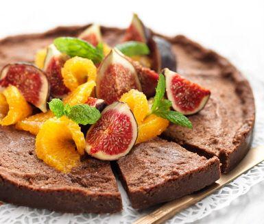 """Kladdkaka är alltid rätt, men kan det bli bättre än att kombinera apelsin och kakao? En äggfri kladdkaka är lika enkel att laga som god att äta. Passar året om, men dekorera gärna med färska fikon och klyftad apelsin så får du en härligt julig känsla.<br><a href=""""http://www.ica.se/recept/kladdkaka/""""> Här hittar du fler härliga kladdkakerecept </a>."""