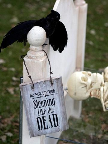 DIY Halloween: DIY Dead and Breakfast Inn Signs with Clever Halloween Phrases: DIY Halloween Decor