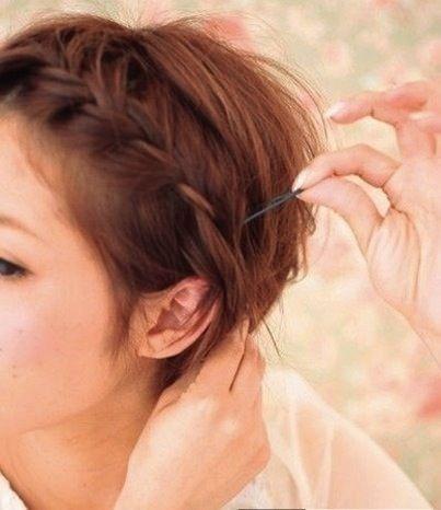 Treccia in stile corona come acconciatura per capelli corti: