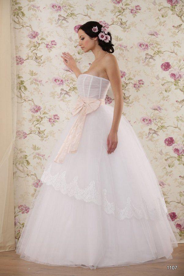 Model 1107 | Pracownia Sukien Ślubnych Poznań - Jolanta Duda-KoprowskaZapraszamy na przymiarki naszych sukienek w pracownii. Znajdziecie tu #tiulowe# #koronkowe# #muslinowe# i inne, zawsze #eleganckie# #suknie# #ślubne#
