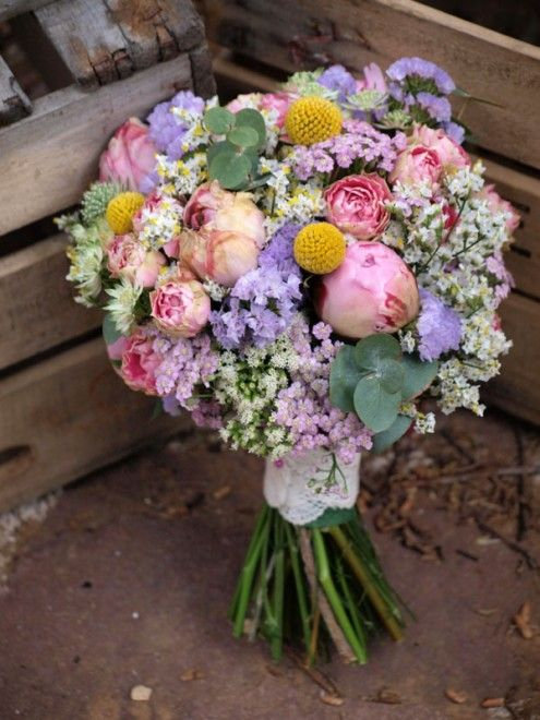 Ramo de novia con rosas de pitiminí, siemprevivas, limonium, peonías,...