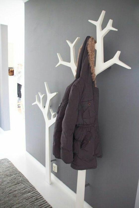 Garderoben in Form von Bäumen und weiß poliert