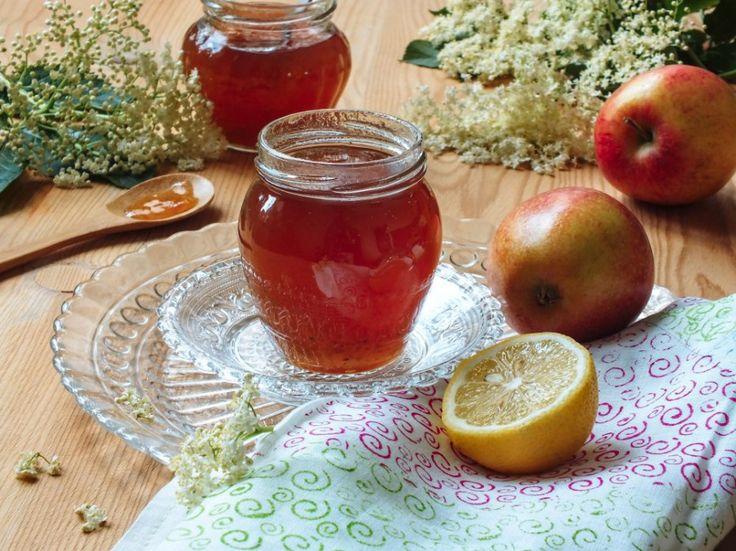 Bezinkové želé s jablíčky je chutné a zdravé. Můžete ho používat klasicky jako džem na chleba nebo jím doplnit například sýrovou mísu.