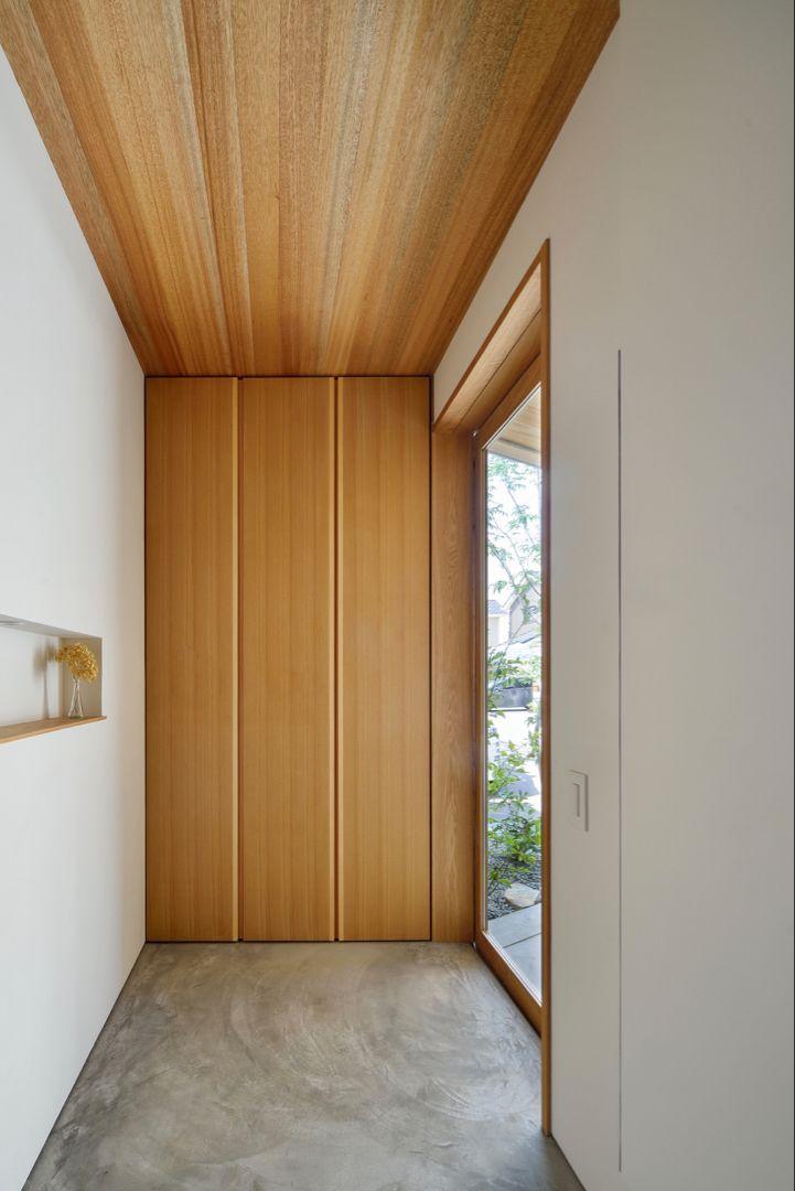 玄関という空間を考える 収納の扉と天井を同じ材質にすることで