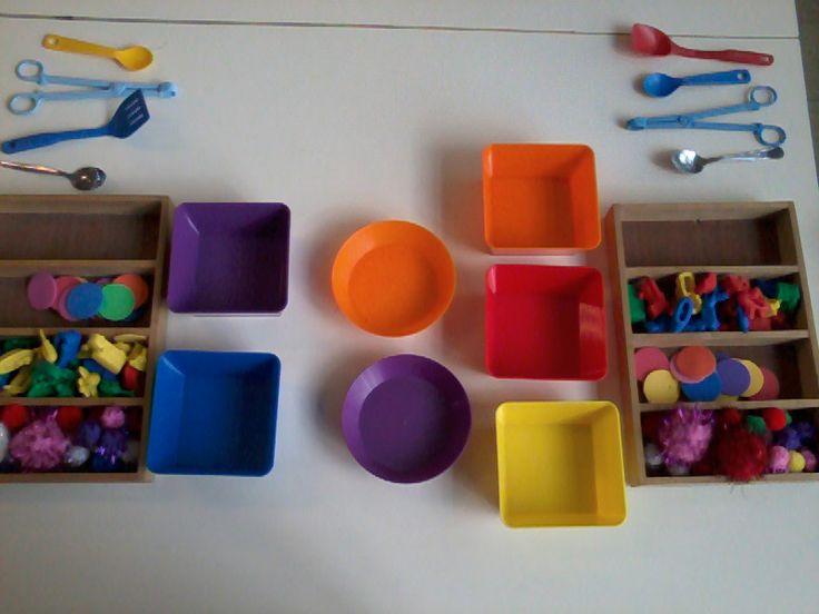 sorteren van de kleuren met allerhande tangetjes, lepels,....