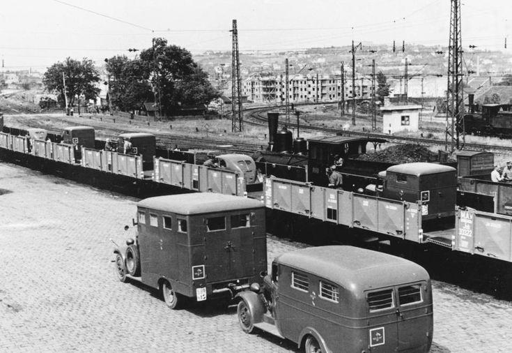 Kelenföldi pályaudvar, a Haditudósító század bevagonírozott gépjárművei.