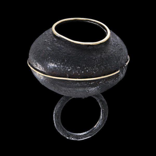 gigi-mariani-vases-3-ring-silver18kt-yellow-gold-niello-patina.jpg (600×600)