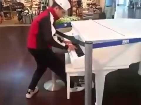 Парень в аэропорту проходил мимо рояля и решил сыграть...