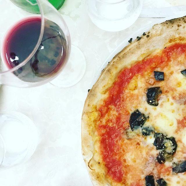 Bella vita in italia:  Pizza e vino.  #pasqua #ostern #osterferien #pizza #pizzeriabelvedere #fisciano #italia #vino #pizza #bellavita