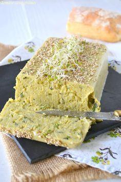 Terrine végétale de pois cassés et courgettes 150 g de pois cassés secs 200 g de courgettes 3 gousses d'ail 20 cl de lait végétal 2,5 g d'agar-agar 1 bouquet de menthe 2 cuil. à soupe d'huile d'olive + un peu pour la cuisson 1 cuil. à café de cumin en poudre 1 cuil. à café de coriandre en poudre sel, poivre