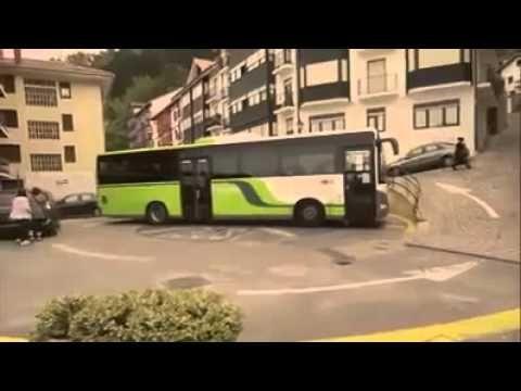 دور زدن اتوبوس دو کابین در کوچه بن بست