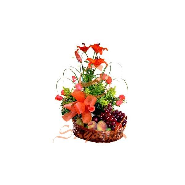 Arreglo compuesto por:        2 Varas de Lirios con 3 botones cada uno      8 rosas      Follaje helecho cuero      Cintilla y Solidago      Frutas variadas