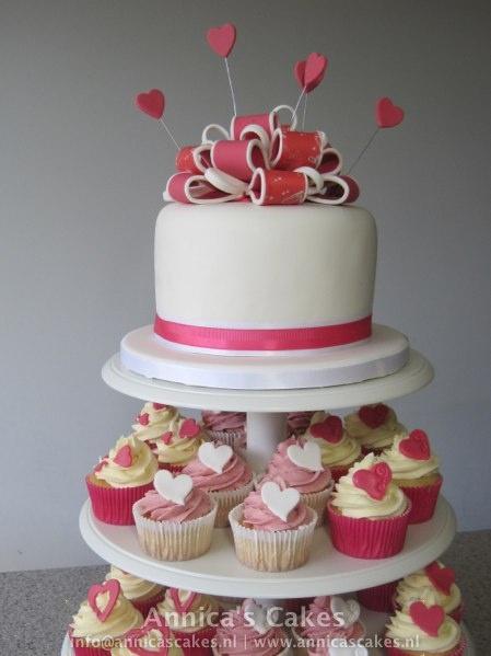 Bow Weddingcake Cupcake tower. Bruidstaart lussenstrik met cupcake toren.