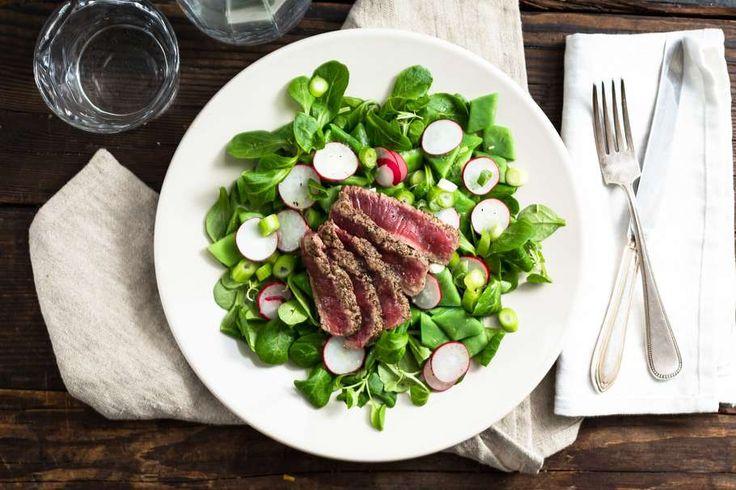 Recept voor oosterse radijssalade voor 4 personen. Met zout, suiker, boter, olijfolie, peper, radijsje, snijbonen, biefstuk, bosui, gember, azijn, slamelange en bleekselderij