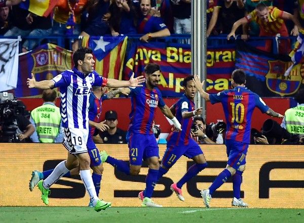 Deportivo Alaves' midfielder Manuel Alejandro (L) gestures as Barcelona's Brazilian forward Neymar (2ndR) celebrates with teammates after scoring during the Spanish Copa del Rey (King's Cup) final football match FC Barcelona vs Deportivo Alaves at the Vicente Calderon stadium in Madrid on May 27, 2017. / AFP PHOTO / ANDER GILLENEA