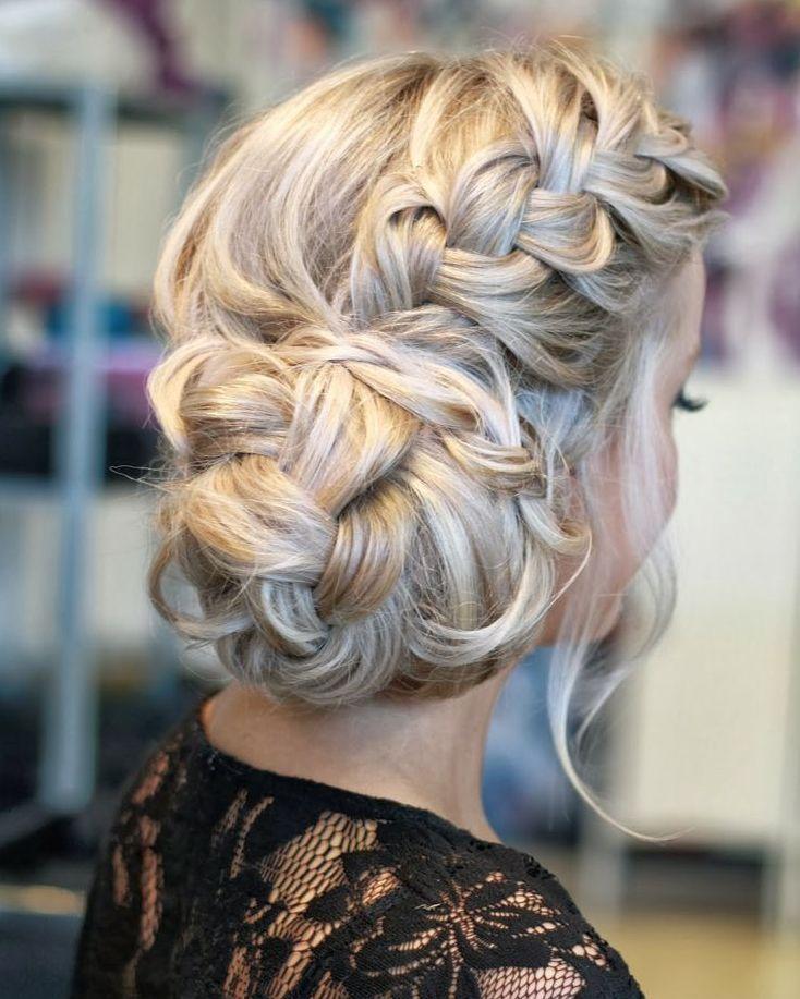 Penteados com tranças são sempre uma ótima opção. É possível uma beleza natural com tranças soltas ou um look elegante chic com pentead...