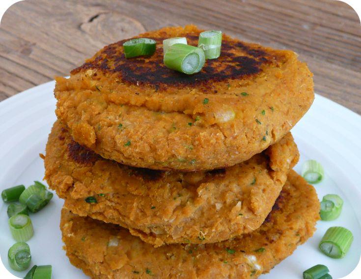 STEACKS POIS CHICHE 1 patate douce, 400g pois-chiche cuits, 3oignons émincés, 2 càs de flocons d'avoine,2 càs de farine,1 càc cumin moulu,1 càc de coriandre,1 càc paprika Cuire la patate douce à la vapeur et la réduire grossièerement en purée. Verser tous les ingrédients dans le bol du robot et mélanger jusqu'à homogénéité Former des boulettes avec la préparation. Cuire 5 minutes sur chaque face et poser ensuite sur un papier absorbant. Servir dans des burgers