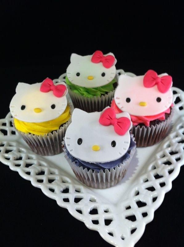 Cupcakes Hello Kitty con frosting de vainilla de colorines