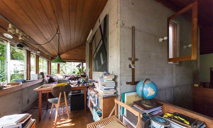建築家・阿部勤さんの自邸。右の筒状の「中心」の周りに、回廊がある設計。どこでも家の好きな場所で寝るけれど、「中心」で寝ることが多いのだそう。