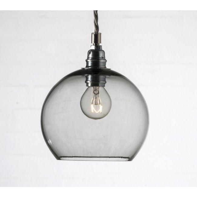 Rowan är en underbart vacker sfäriskt taklampa. Estetiskt tilltalande design och en stilsäker detalj i hemmet. Alla Rowan Pendant lampor är munbl