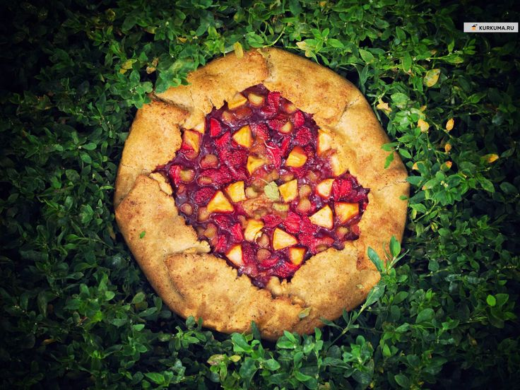 Галета с ревенем, клубникой и яблоком - рецепт с фото