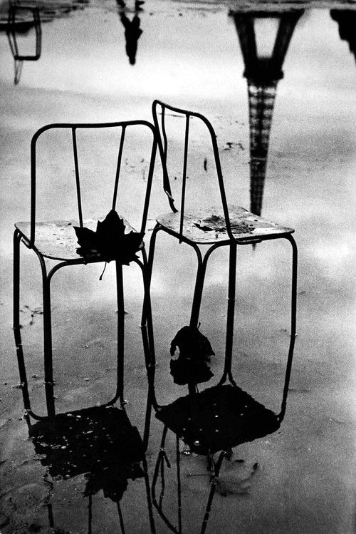 Champ de Mars, Paris, 1957 (note the reflection of the Eiffel Tower). Photo: Jean Mounicq. Water pond, chairs, beauty, reflections, French, photo b/w.